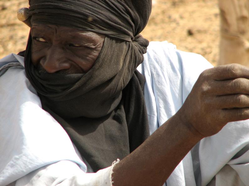 Туарег-торговец на верблюжьем базаре в г. Агадез, Нигер.