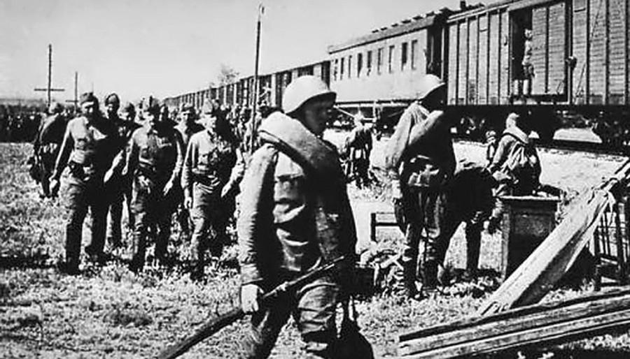 сибирские поезда идут на фронт фото гостиной двумя окнами