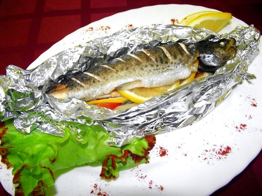Речная рыба запеченная в фольге в духовке