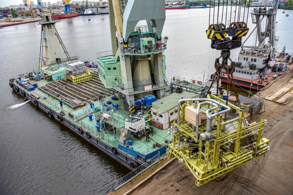 Погрузка на причале Кировского завода  главного турбогенератора атомного ледокола Сибирь