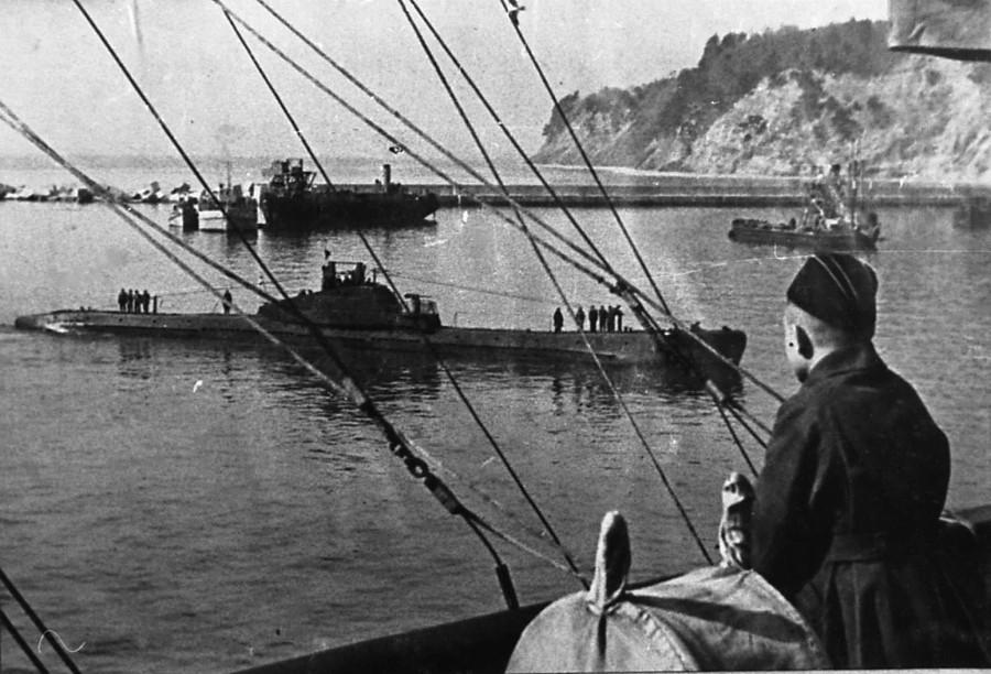 Щ-208 входит в порт Туапсе