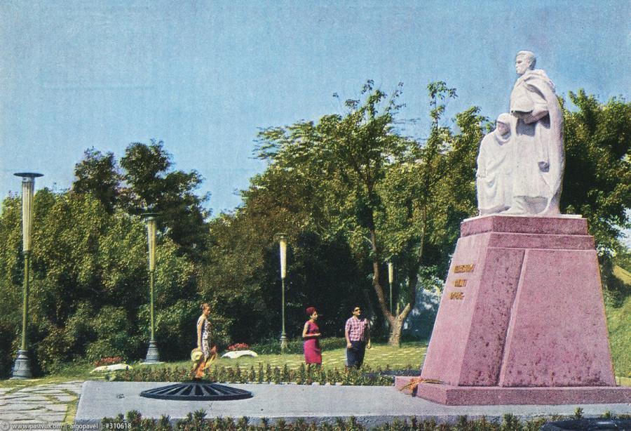 Туапсе памятник Неизвестному солдату 68-69