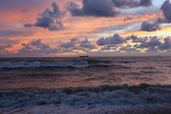 Вечерний наряд с кружевами и рюшами Фото Натальи Гриненко. Черное море, Туапсе