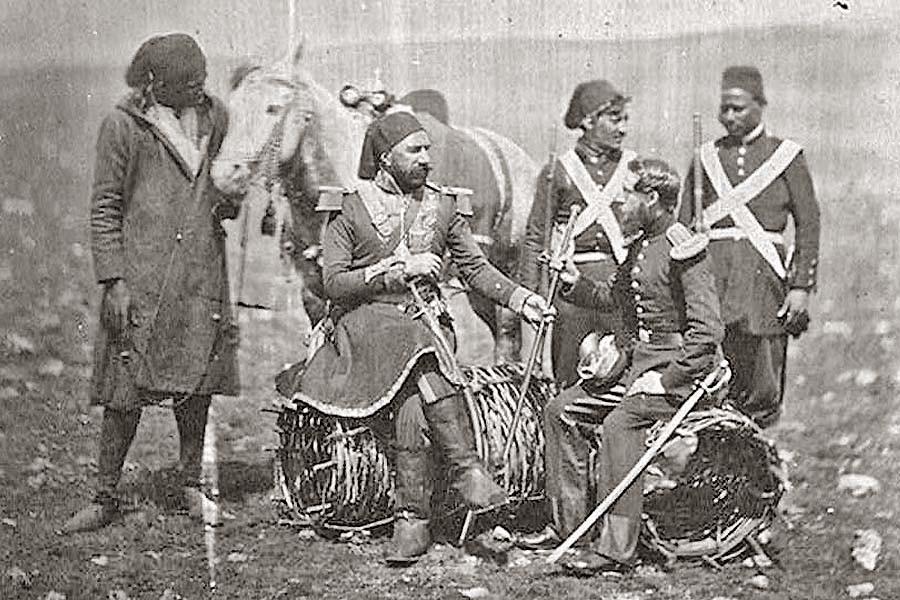 Турецкий генерал Исмаил-паша (венгр по происхождению...) и британский майор Томпсон в районе Балаклавы среди турецких солдат