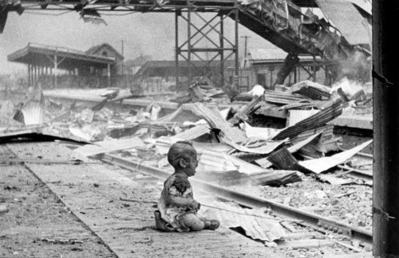 китайский ребенок у разбомбленной ж:д станции в Шанхае