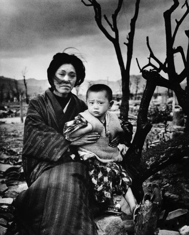 женщина с сыном на фоне разрушенной Хиросимы