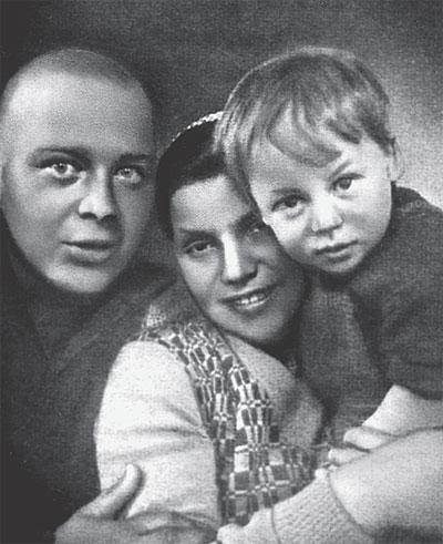 Аркадий Гайдар с женой Лией и сыном Тимуром