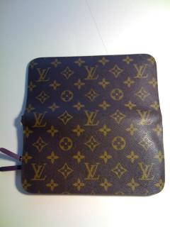 115ee24fb203 Материал - канва, из которого Louis Vuitton делает большую часть своего  багажа, сумок, кошельков и аксессуаров, уникален, и подделать его  практически ...