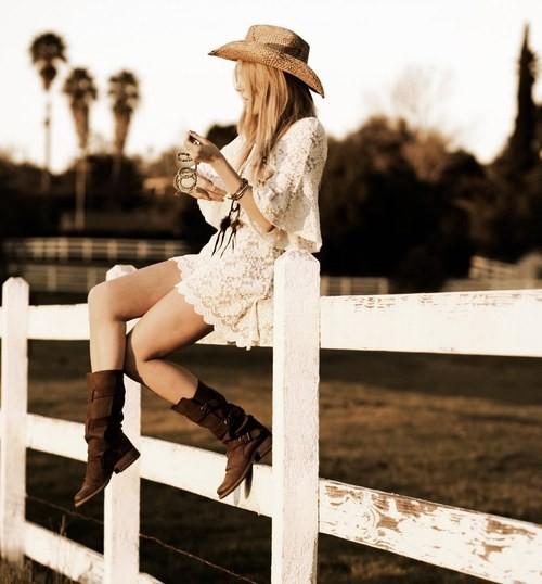 девушки в ковбойских сапогах фото