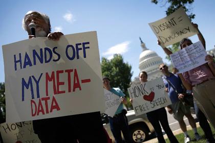 Протестующие против слежки спецслужб у здания Конгресса США