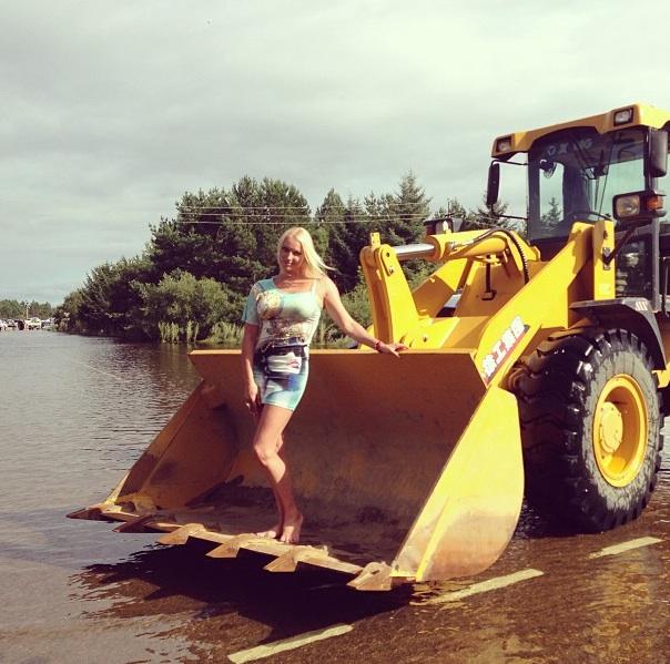 Анастасия Волочкова устроила фотосессию на фоне затопленного Приамурья