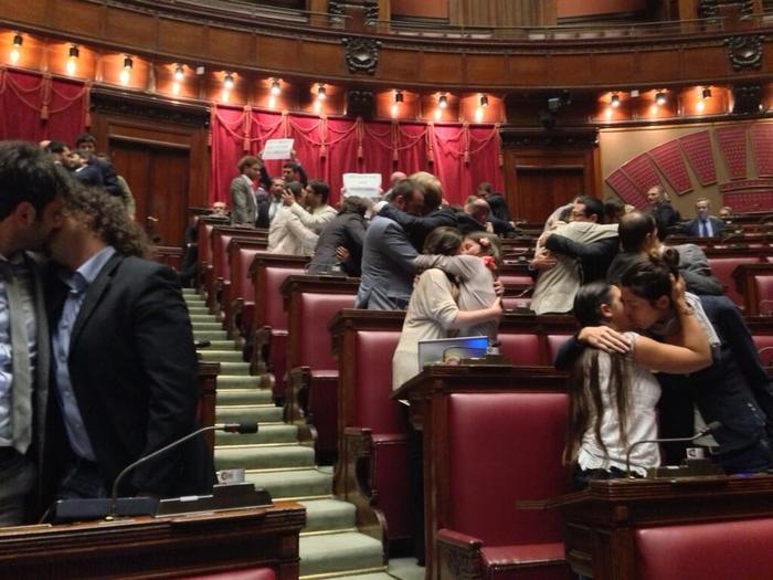 Итальянские парламентарии начали целоваться друг с другом прямо во время заседания