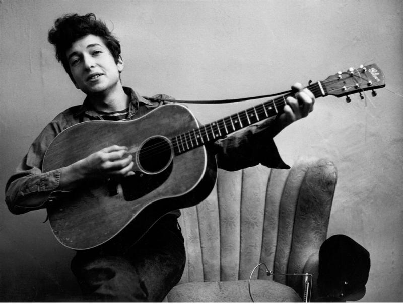 молодой боб дилан с гитарой