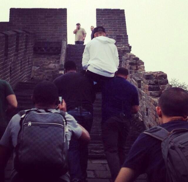 охранники поднимают джастина бибера на великую китайскую стену