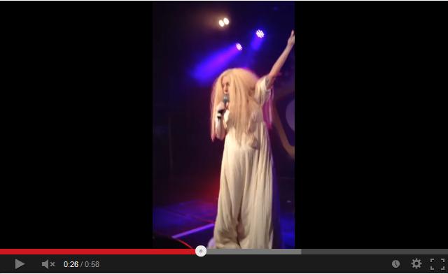Lady Gaga полностью обнажилась на сцене гей-клуба