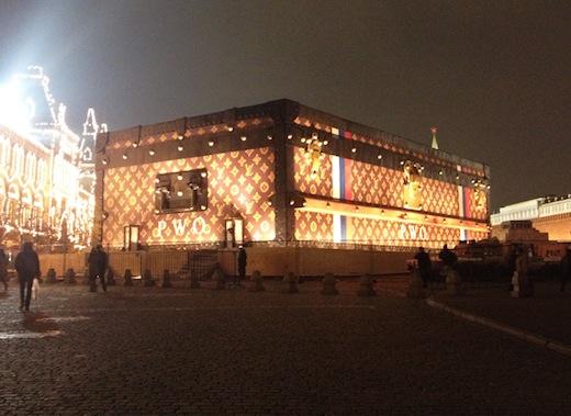 ГУМ уберет чемодан Louis Vuitton с Красной площади