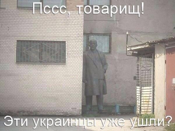 В Киеве снесли памятник Владимиру Ленину