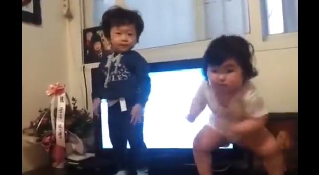 Корейские младенцы танцуют новый Gangnam Style