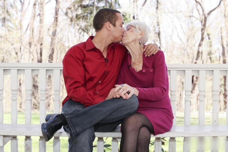 31-летний парень встречается с 91-летной женщиной.  18+