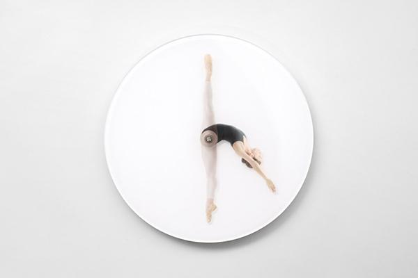 meike-harde-dancing-wall-clock-klein-1