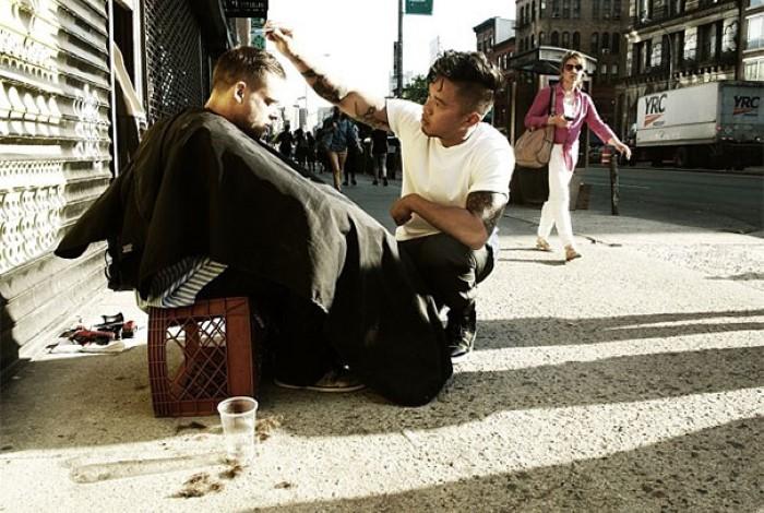 Каждое воскресенье известный стилист бесплатно стрижет бездомных