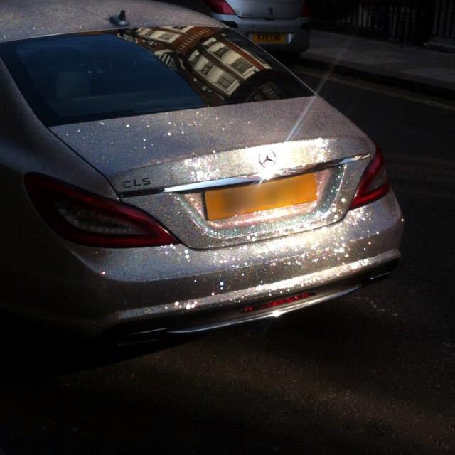 Русская студентка поразила британцев своим Mercedes с миллионом кристаллов Сваровски