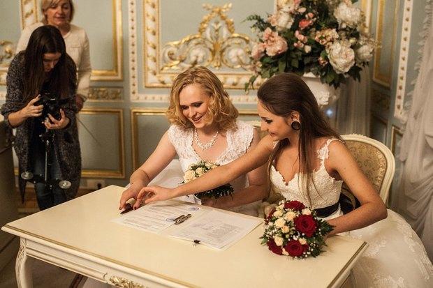 В петербургском загсе поженили двух невест