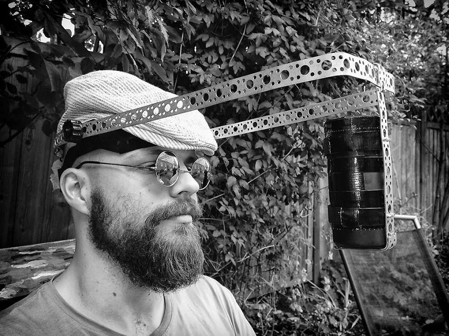Литовский фотограф делает селфи на камеру-обскуру
