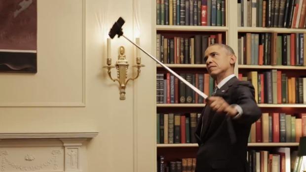 Барак Обама покривлялся перед зеркалом и сделал селфи