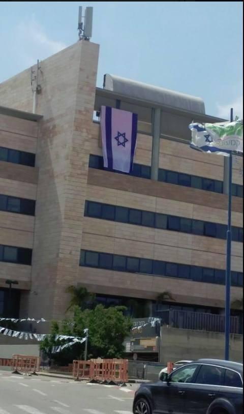 Логотип Orange завесили израильским флагом