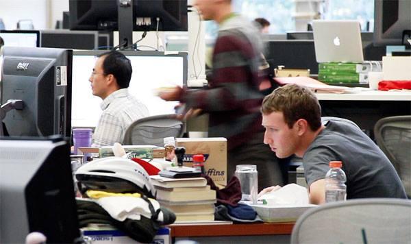 Рабочее место Марка Цукерберга выглядит вот так..
