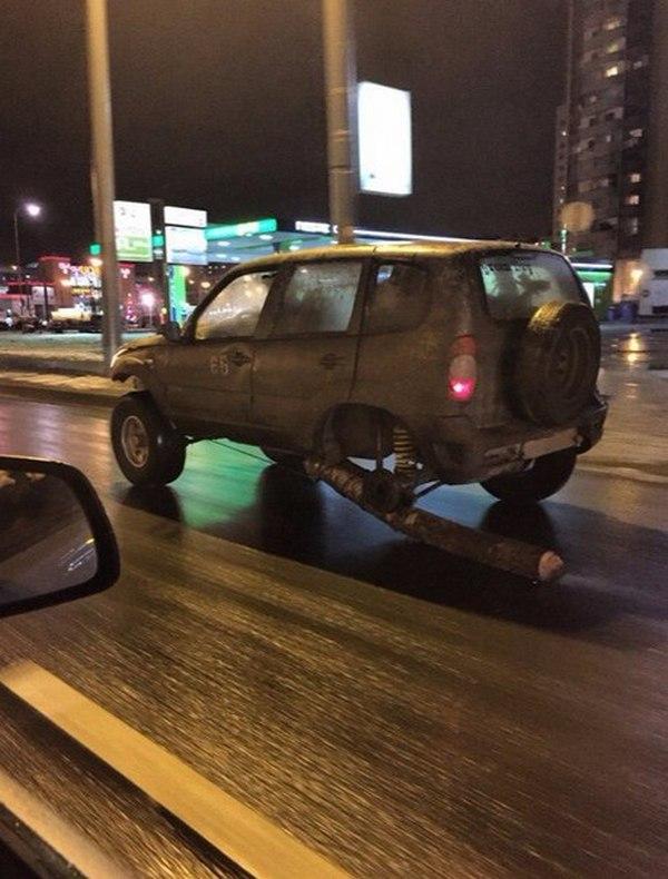 В Питере водитель заменил одно из колес своей машины бревном