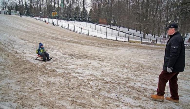 В Калининградском парке засыпали песком бесплатную горку, чтобы дети катались за деньги