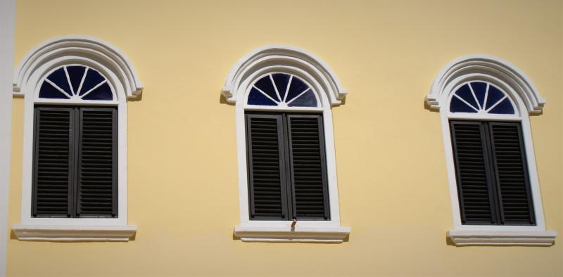 Характерный дизайн окон. Виллемстад, Кюрасао.