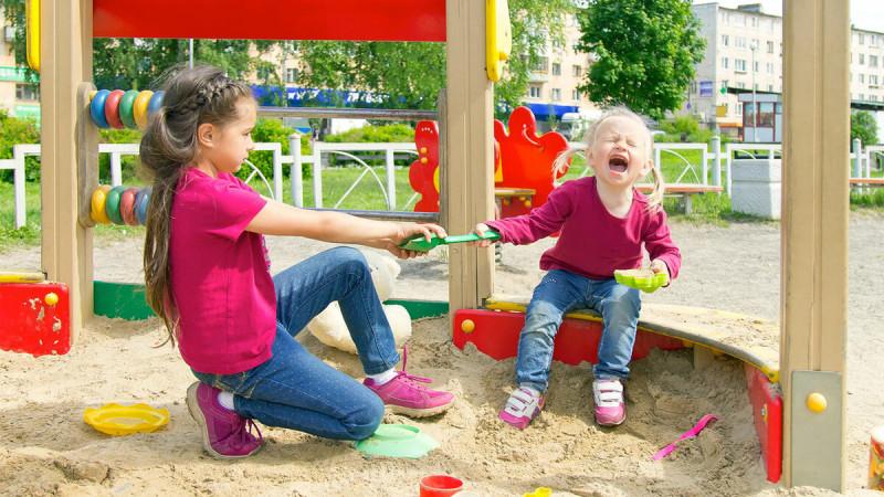 """Не ругайте детей за так называемую """"жадность"""" на детских площадках. Ведь без понимания """"моё"""", не может быть понимания """"чужое"""". Научите их делиться """"своим"""" и откройте им возможности обмена."""