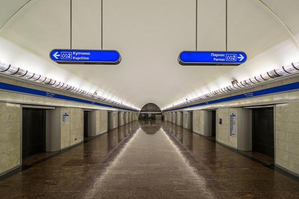 1200px-Metro_SPB_Line2_Park_Pobedy_After_Renovation