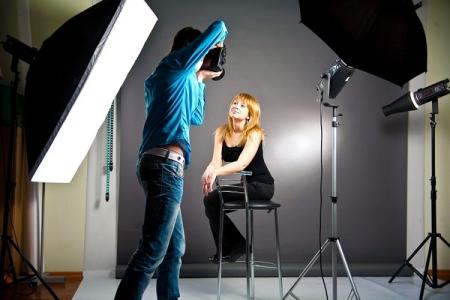 работа фотографа с моделью в студии