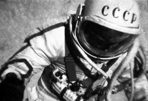 Леонов в открытом космосе