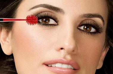 А о том, как красить глаза летом, читайте в статье.  Если хотите, то попробуйте следующую технику нанесения туши...