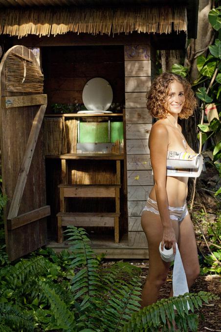 фото женщин в деревенском туалете