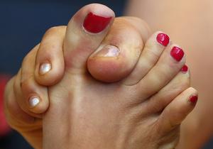Целуют пальчики ног