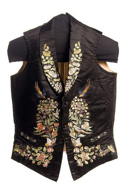 чёрного шёлка с вышивкой цветными шёлковыми нитями.