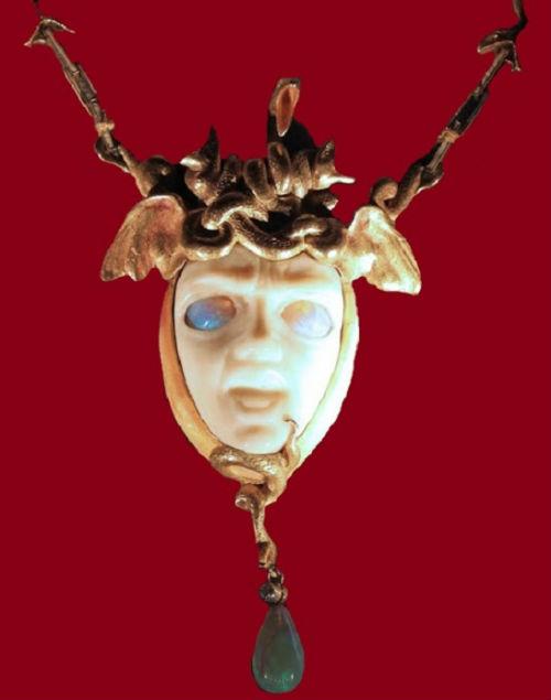 4-Кулон Медуза - вырезан из слоновой кости глаза из опала жемчуг - 1898.jpg
