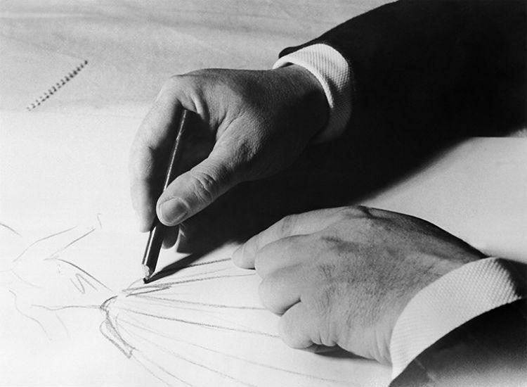 КРИСТИАН ДИОР ЗА РАБОТОЙ. ПЛАТЬЕ ИЗ КОЛЛЕКЦИИ ОСЕНЬ-ЗИМА 1955—1956.jpg