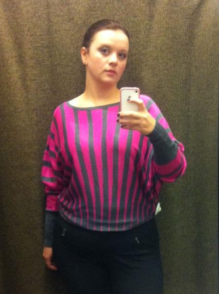 девушка в розовой кофточке с большой грудью
