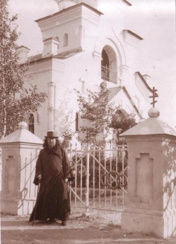 Cвященномученик Иоанн Кочуров у Казанского храма в Силламяэ На берегу Финского залива