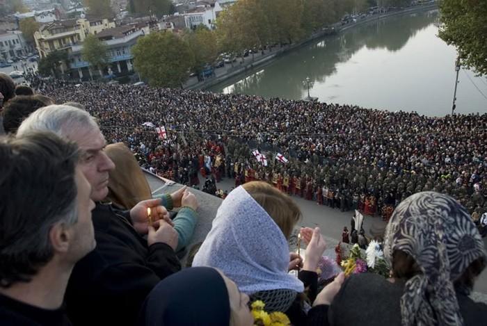На Метехском мосту Католикос-Патриарх Грузии Илия II совершает молебен святым мученикам, 2010