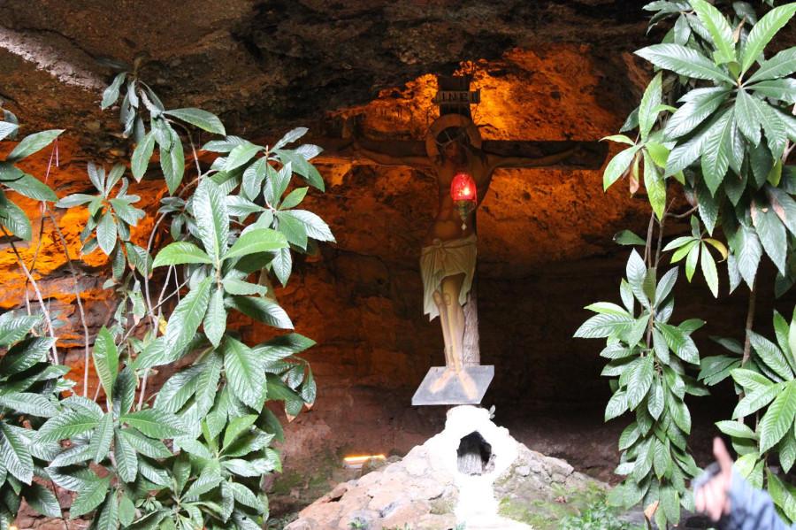мега спилио в пещере распятие