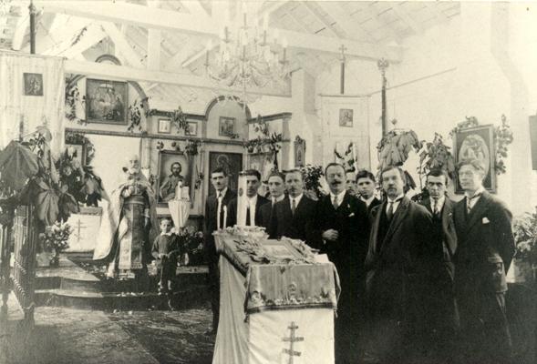 священник с прихожанами