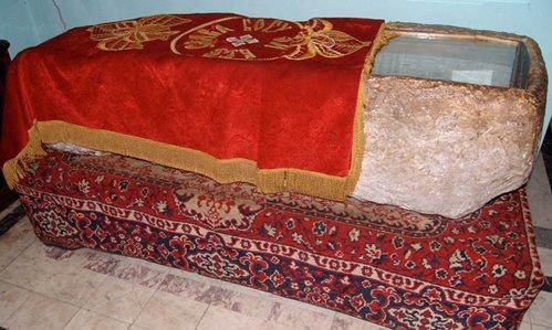 Первая гробница Иоанна Златоуст   (саркофаг высеченный из камня)